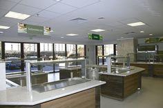 Projeto de arquitetura e ambientação para restaurante comercial. O espaço, fluxos e os equipamentos foram alocados de maneira inteligente, facilitando a operação, a reposição e principalmente para criar uma experiência agradável para o consumidor.   StudioIno    IBM – Birmann