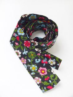 Cravate imprimée Vintage Fleur multicolore sur fond noir - rétro mode accessoire - unisexe Neckwear rétro - Floral Slim Mens Tie