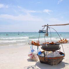 Beach food sulla spiaggia di Sai Kaew a Ko Samet #rainbowRTW perché in #Thailandia se ti viene fame c'è sempre qualcuno pronto a saziare la tua gola. #tatroma #amazingthailand
