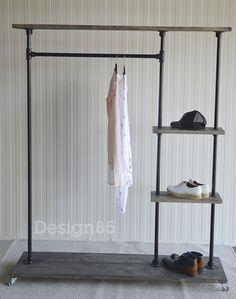 Het kledingrek is geschikt als kledingkast maar kan ook prima gebruikt worden als een garderobe. De planken kunnen worden voorzien van een zwarte wax.