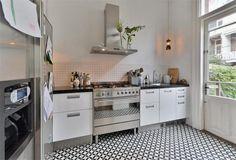 Simple but stylish kitchen |  Valeriusstraat 128 -huis Amsterdam - Fotos [funda]