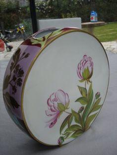 grand vase de chez Carpenet 6 cuissons. les fleurs sur la tranche sont serties d'or mat . environ 30 heures