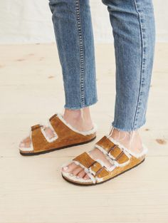 These Shearling-Lined Birkenstock Sandals Are Perfect for Fall (Le Fashion) Two Toned Jeans, Stylish Sandals, Birkenstock Sandals, Hip Bones, Street Style, How To Make Shoes, Mode Style, Baby Headbands, Jenni