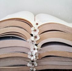 BEAUTIFUL girly wallpaper for book lovers! Book aesthetic Book photography Bookstagram inspiration