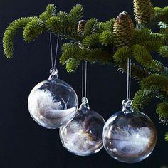 Bekijk 'Kerstballen met veertjes' op Woontrendz ♥ Dagelijks woontrends ontdekken en wooninspiratie opdoen!