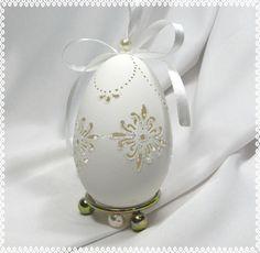 Ekskluzywna ażurowa pisanka misternie zdobiona, wykonana na naturalnej wydmuszce gęsiej ok 9cm. Jajo ręcznie zdobione z dwóch stron, ozdobione białym brokatem  perełkami i satynową... Carved Eggs, Egg Art, Pure Beauty, Bowl Set, Easter, Carving, Pure Products, Witch, Resin
