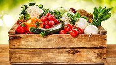 Obwohl die Schweiz ein reichhaltiges Angebot an frischen Gemüsen hat, kaufen viele oft unbewusst importiertes Essen vom Ausland ein. Dabei sind folgende Gemüse gerade in der Hochsaison und können umweltfreundlich eingekauft werden. Vegetable Boxes, Vegetable Stock, Vegetable Garden, Fresh Vegetables, Veggies, Healthy Vegetables, National Kidney Foundation, Cucumber Seeds, Amazing Greens