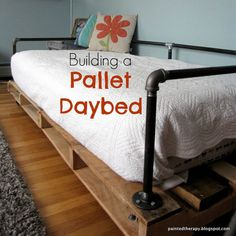 Pallet Ideas Build a daybed from pallets. in loft put bed sideways so you can access the storage easier - DIY pallet daybed Pallet Crafts, Diy Pallet Projects, Pallet Ideas, Home Projects, Pipe Furniture, Pallet Furniture, Furniture Projects, Painted Furniture, Furniture Design