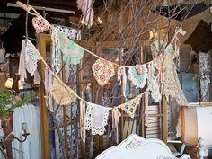 Ideas para bodas (Guirnaldas): Tu abuela, tu madre o tus tías adoran el Crochet (tal vez tú misma)? Qué suerte tienes por que te pueden hacer a mano estas preciosas guirnaldas si estas pensando hacer una boda #trendy   // Wedding ideas (Garlands): DYI crochet Garlands