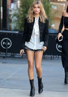 hailey-baldwin-minissaia-jeans-camisa-branca