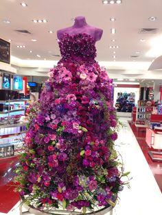 Vestido con Flores naturales para exhibicion.