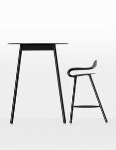 BCN Wood Base  Kristalia  Design:Harry&Camila  Die Kollektion derHockerBCN wird durch ein neues Modell bereichert, das die Vorzüge eines hoch technologischen Materials bei der Sitzfläche mit der natürlichen Wärme der Beine aus gedrechseltem Buchenholz vereint: Das Ergebnis ist derHocker aus HolzBCN.  http://www.storeswiss.com/de/prod/kategorie-stuhle/hocker/bcn-wood-base-kristalia.html