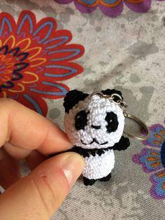 Un piccolo panda amigurumi portachiavi da tegalareno farsi regalare. Le dimensioni si possono capire dalla foto. Realizzato completamente ad uncinetto in ogni sua parte, occhi compresi. Catena e anello in metallo.