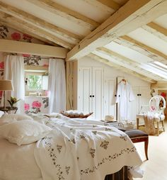 floral wallpaper has a moden feel with all oversized scale, bright white ground and pop of pink. Keltainen talo rannalla: Kolme tyylikästä kotia