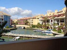 CÁDIZ, SAN ROQUE. Ref.10756. Vistas a la Marina. Apartamento en Sotogrande. Con entrada independiente desde el jardín, dispone de 2 dormitorios, 2 cuartos de baño completos, salón comedor con sofá cama, cocina y 2 terrazas de 35m² con excelentes #vistas_a_la_marina. Está recién amueblado y a estrenar. Se encuentra a 5 minutos andando de la #playa, del puerto y del #polo_de_Sotogrande.   #Cádiz #SanRoque #apartamento_vistas_playa