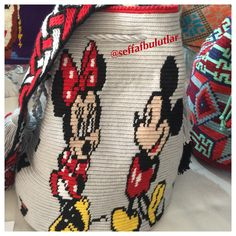 ❤️❤️❤️ Minnie and Mickey Mouse Mochila bag Tapestry Bag, Tapestry Crochet, Minnie Mouse, Knitted Bags, Crochet Baby, Purses And Bags, Mosaic, Poufs, Flan