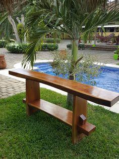Mesa elaborada con tablones de cedro