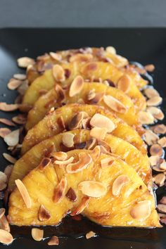 Caramelized pineapple with almonds - Ensalada Marisco Ideas Kitchen Tops, Recipe For 4, How To Make Cake, Deserts, Dessert Recipes, Tasty, Caramel, Snacks, Meals