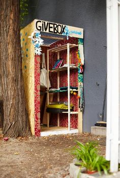 A Givebox is like a nice cupboard where people can put out stuff they don't need anymore that others can take. The intention behind these Giveboxes are that they encourage neighborhood communicating, exchanging ,etc. Little Free Pantry, Instalation Art, Blessing Bags, Little Free Libraries, Good Deeds, Helping The Homeless, Community Art, Community Service, Public Art