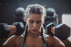 This CrossFit Workout Looks Insane (but That's Why It's So Awesome!) Ganzkörper-CrossFit-Training Source by . Best Dumbbell Exercises, Dumbbell Workout, Chair Exercises, Crossfit Photography, Fitness Photography, Photography Ideas, Wöchentliches Training, Strength Training, Circuit Training