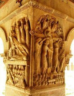 Capitel del claustro de Santo Domingo de Silos. En el lado izquierdo Deposición de Cristo en el Sepulcro y su Resurrección. Y a la derecha el panel del Descendimiento. Relieves se tratan como marfiles o miniaturas  -41