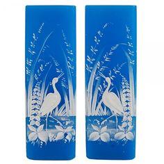 Raro par de vasos de corpo retangular, em opalina azul turquesa esmaltada com representação de aves