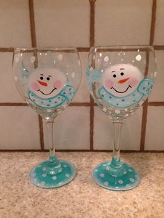 Set of 2 Hand painted snowmen wine glasses! Hand wash only … Wine Glass Crafts, Wine Craft, Wine Bottle Crafts, Decorated Wine Glasses, Hand Painted Wine Glasses, Decorated Bottles, Bottle Painting, Bottle Art, Wine Bottle Glasses