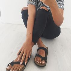 This outfit is probably my favorite and closest to my style (although I don't have any jeans with holes yet)- striped tshirt, black skinny jeans with knee rips, black birkenstock sandals Birkenstock Outfit, Birkenstock Mayari, Black Birkenstock, Outfit With Birkenstocks, Outfit Jeans, Spring Summer Fashion, Autumn Fashion, Just Keep Walking, Moda Fashion