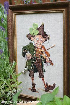 маленький гном -скрипач от Nimue! Оделся в красивый камзол, шляпу-треуголку, бархатные штаны, и играет на своей скипочке, пританцовывает задорно.