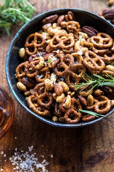 Sweet 'n' Savory Roasted Nuts and Pretzels. Christmas Recipes & Ideas Sweet 'n' Savory Roasted Nuts Nut Recipes, Snack Recipes, Cooking Recipes, Healthy Snacks, Healthy Recipes, Diy Snacks, Party Snacks, Clean Recipes, Easy Recipes