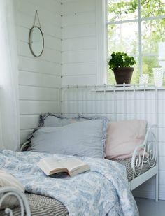 Sää on ollut viikonlopun aikana hyvin vaihteleva, välillä on satanut, sitten… Shabby Chic Porch, Shabby Chic Bedrooms, Guest Bedrooms, Guest Room, Country Blue, Country Decor, Sleeping Porch, Romantic Cottage, Rose Cottage