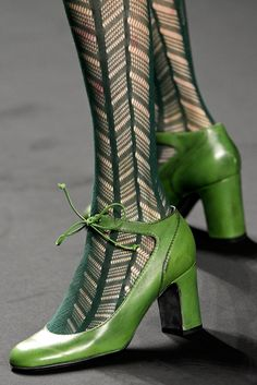 green tights and green shoes Anna Sui fall 2013 Estilo Hippy, Green Fashion, Mode Style, Vintage Shoes, Vintage Inspired Shoes, Corsets, Beautiful Shoes, Stilettos, High Heels