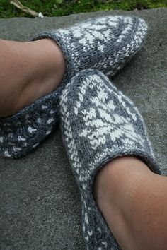 Ravelry: Tofflor med mönster pattern by Navia Permin of Copenhagen Crochet Slippers, Knit Crochet, Knitting Socks, Knitting Projects, Fingerless Gloves, Arm Warmers, Ravelry, Needlework, Footwear