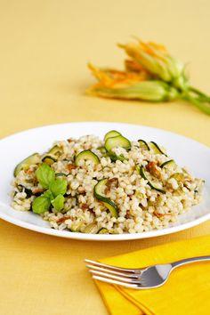 Se cerchi un primo piatto vegano ma al tempo adatto a tutti, prova la deliziosa ricetta dell'orzotto con zucchine e fiori di zucca proposta da Sale&Pepe.