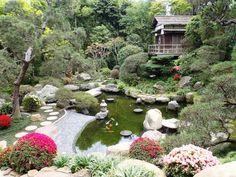In een Japanse tuin komt u tot rust door de afwisseling van groen, steen en water.   Typische elementen van een Japanse tuin zijn een eiland, water met vissen en schildpadden, stenen lantaarns en een (thee)huisje. Het is belangrijk om het geheel op elkaar te laten aansluiten in een Japanse tuin.