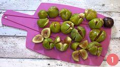 La marmellata di fichi è una delle confetture più nutrienti tra quelle preparate con la frutta. Bisogna dire però che non piace proprio a tutti, perchè è granulosa per via dei vari semini dei fichi impossibili da eliminare completamente. Tuttavia, se si cuoce per il tempo corretto, la marmellata di fichi è