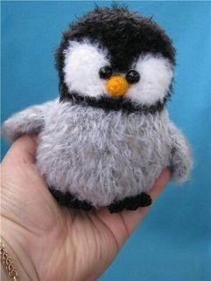 Fuzzy Penguin Amigurumi Crochet Pattern / Tutorial (Free pattern needs translating). Crochet Animal Amigurumi, Crochet Gratis, Crochet Birds, Crochet For Kids, Amigurumi Doll, Crochet Animals, Amigurumi Patterns, Crochet Dolls, Free Crochet