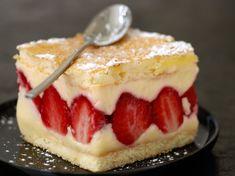 Fraisier facile - Recettes Discover the easy strawberry recipe on cuisineactuelle. Köstliche Desserts, Delicious Desserts, Fraisier Recipe, Sweet Recipes, Cake Recipes, Thermomix Desserts, French Desserts, French Recipes, Strawberry Recipes