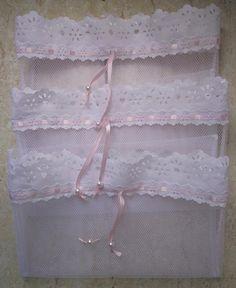 Organização na hora de fazer a mala do bebê é muito importante para a mamãe não esquecer nenhum item e os saquinhos são ideiais para guardar a roupinha para cada dia.  Desenvolvemos um saquinho em tule com fechamento de fita de cetim e detalhe na ponta.  Tamanho: 35cm x 30cm.  Kit com 3 unidades