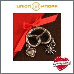 """My weekly darling! Brezelt Euch auf! In München heißt es weiterhin """"O'zapt is!"""" Wir haben für Euch süße Accessoires für das perfekte Wiesnstyling! Unser Brezel mit Öse eignet sich super zum dekorieren von einer Tasche sowie zum einfachen Selbermachen von einerm Armband oder einer Halskette. Natürlich auch als Zierteil am Dirndl ein Eyecatcher! #unionknopf #trachten #wiesn #oktoberfest"""