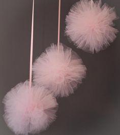 decoracao-cha-de-bebe-menina-pom-pom-rosa