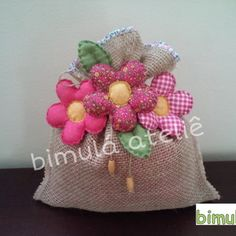 Peso de porta flores Wedding Chair Decorations, Wedding Chairs, Arts And Crafts, Diy Crafts, Crochet Squares, Mouse Parties, Diy Pillows, Fabric Flowers, Sewing Projects