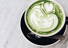 Matcha te er grøn te fra Japan, som du køber i pulverform. Lav den med mælk, så den bliver lækker og cremet.