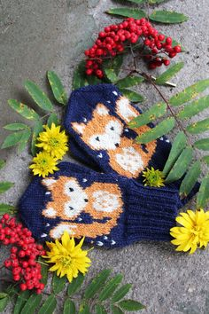 Lataa ohje lapasiin tästä // Get the instructions for the mittens from here (page 2 for English version). Knitting Charts, Knitting Socks, Knitting Patterns Free, Free Knitting, Knit Socks, Burlap Wreath, Knit Crochet, Winter Hats, Weaving