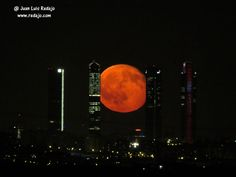 Salida de la luna llena de julio por las 4 torres de la Castellana de Madrid Moon, Madrid, Spaces, Full Moon, Towers, Fotografia, Author, The Moon