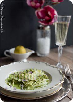 Gestreifte Hechtravioli mit Grüner Weinschaumsauce Ravioli, All You Need Is, Pasta Noodles, Homemade Pasta, Tortellini, Risotto, Dumplings, Gnocchi, Cabbage