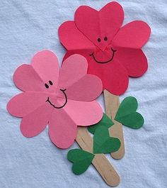 Could be adapted for different seasons. Snow flakes for winter, sun for summer, leaf for fall. kindergarten paper crafts