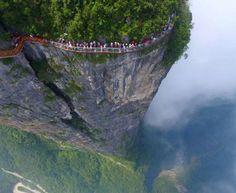 Gente caminando al borde del acantilado del dragón (China)