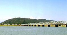 眉山と吉野川(徳島) Mount Bizan and Yoshino-gawa River, Tokushima, Japan Ehime, Tokushima, Kagawa, Kochi, Japan Travel, Bridges, Opera House, Landscape, Places