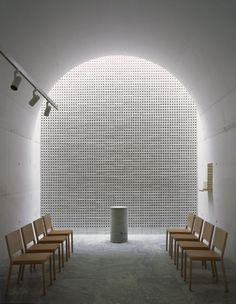 아치끝 벽에 떨어지는 빛